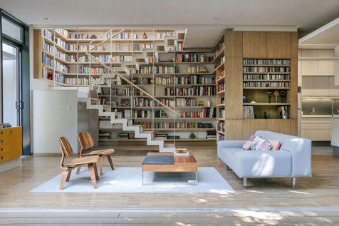 Casa-com-linda-biblioteca-perto-da-escada