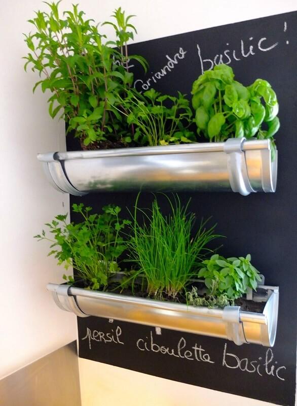 horta-suspensa-com-canos-de-aluminio-e-parede-de-lousa