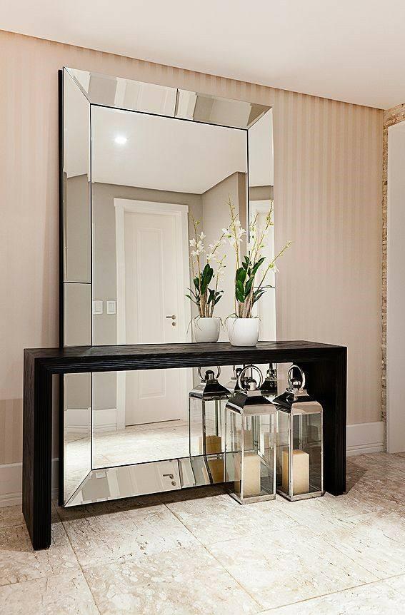 1 quadros na parede, lustres, espelhos e cortinas.