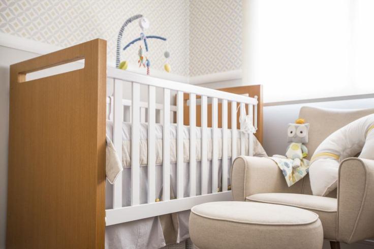 Decoração-de-quarto-de-bebê-clara-com-detalhes-de-cor-e-madeira-no-berço-Projeto-de-Investir-Decor