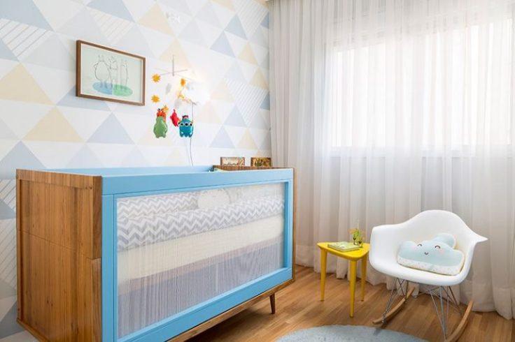 Decoração-de-quarto-de-bebê-com-berço-que-mistura-madeira-e-azul-Projeto-de-Studio-Novak-768x512