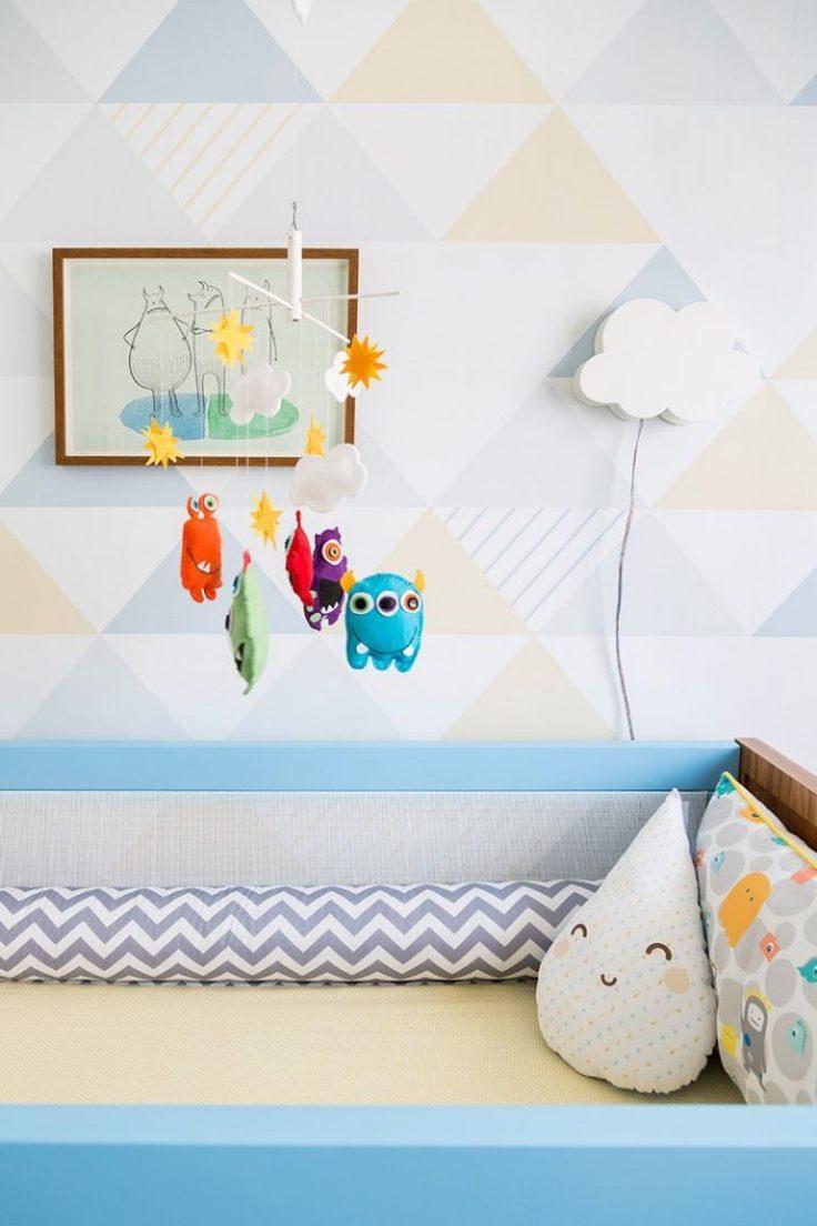 Decoração-de-quarto-de-bebê-com-cores-suaves-e-detalhes-mais-fortes-no-móbile-Projeto-de-Studio-Novak-768x1152