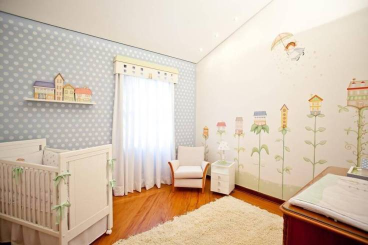 Decoração-de-quarto-de-bebê-com-desenhos-na-parede-e-cores-suaves-Projeto-de-Lucia-Tacla