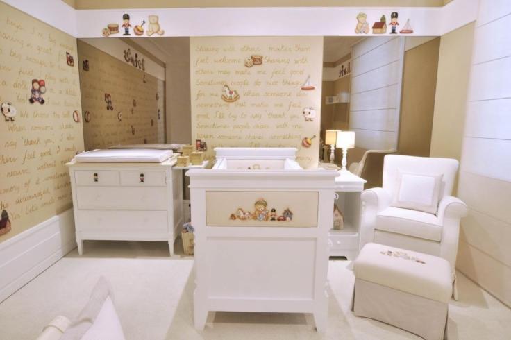 Decoração-de-quarto-de-bebê-com-papel-de-parede-bege-e-móveis-brancos-Projeto-de-Lucia-Tacla