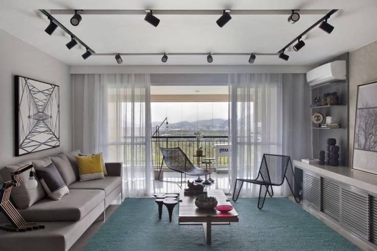 Tapetes-para-sala-colorido-em-sala-em-tons-claros-Projeto-de-Fernanda-Azevedo-Mancini
