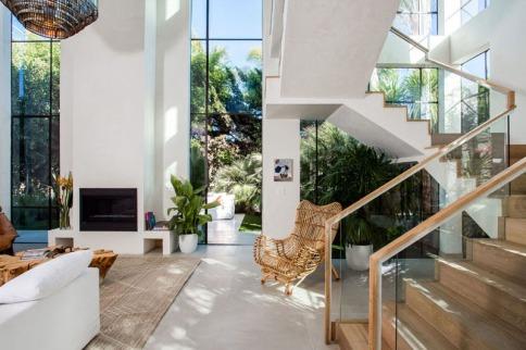 03-casa-com-decor-tropical-mistura-plantas-e-detalhes-dourados