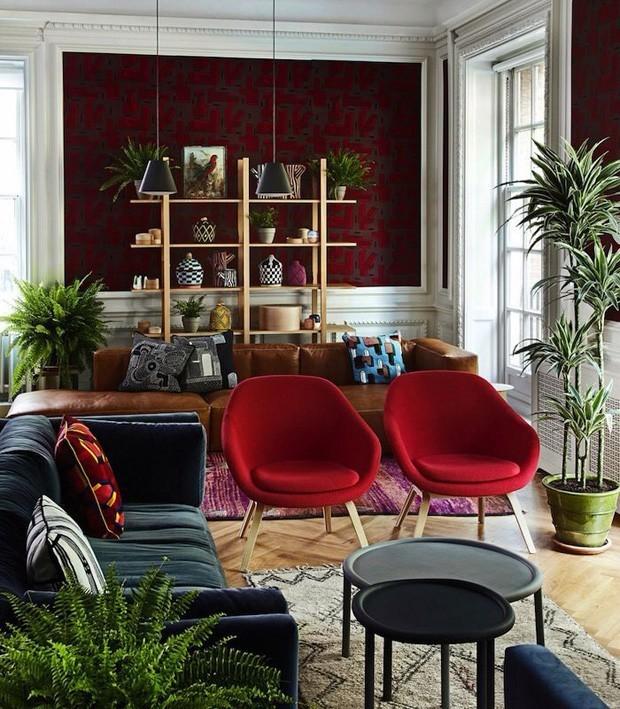 5-Diversos tons de vermelho desfilam nesta sala de estar.