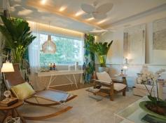 a-sala-da-familia-criada-por-rodrigo-maia-tem-decoracao-leve-baseada-no-branco-as-cortinas-da-marca-inglesa-designers-guild-e-o-paisagismo-assinado-pela-empresa-jar_1_orig