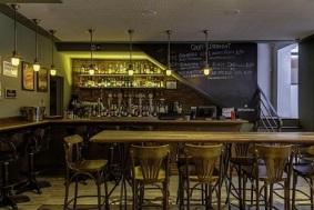 Bar-com-parede-de-tinta-lousa-Projeto-de-Piloni-Arquitetura