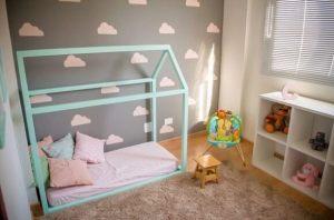 Cama-montessoriana-em-quarto-com-parede-de-nuvens-Projeto-de-Ana-Branco