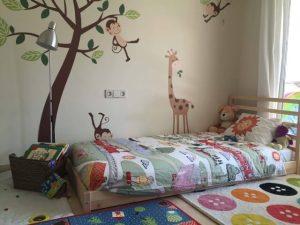 Cama-montessoriana-em-quarto-com-tema-de-bichinhos