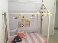 Cama-montessoriana-em-quarto-rosa-branco-e-cinza-Projeto-de-Arq-Express