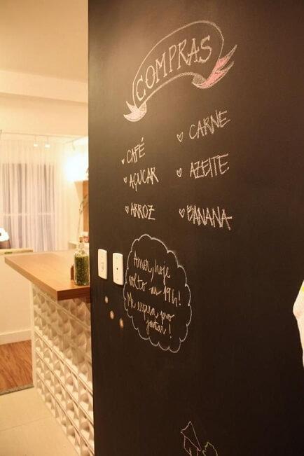 Cozinha-americana-com-tinta-lousa-em-parede-Projeto-de-SP-Estúdio