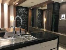 Cozinha-gourmet-com-parede-de-tinta-lousa-e-desenho-tipográfico-Projeto-de-Fumagalli-Arquitetura-e-Design
