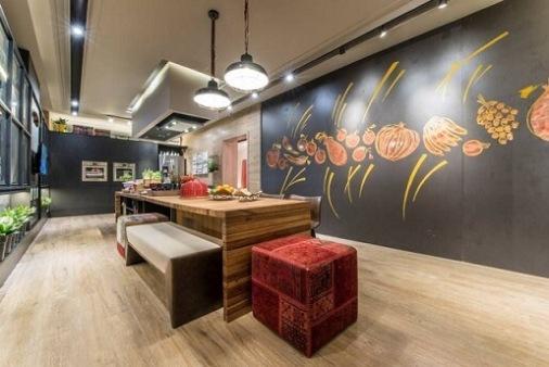 Cozinha-gourmet-com-parede-de-tinta-lousa-e-desenhos-de-alimentos-Projeto-de-Casa-Cor-Rio-Grande-do-Norte