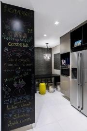 Cozinha-planejada-moderna-com-parede-de-tinta-lousa-Projeto-de-DD-Show