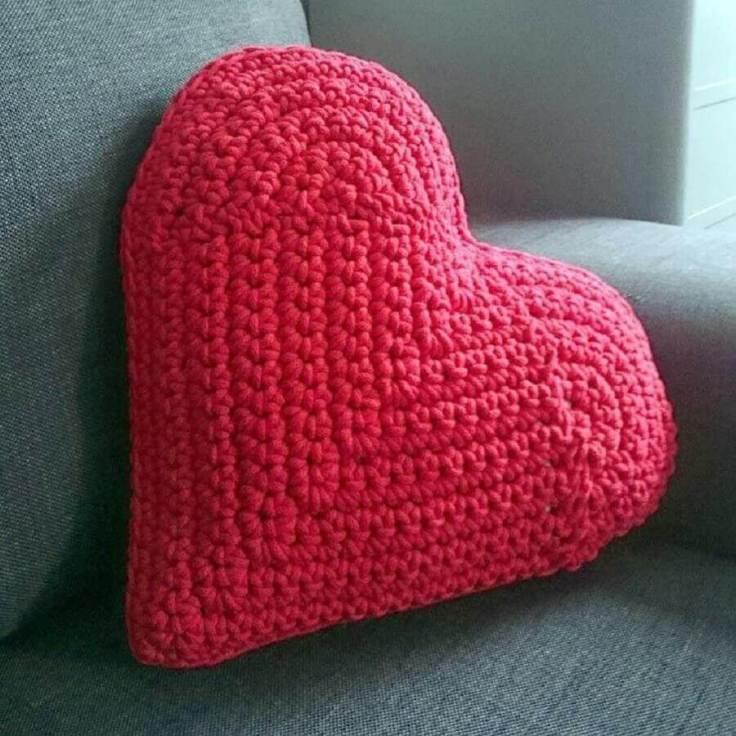 almofada-de-crochê-com-formato-de-coração
