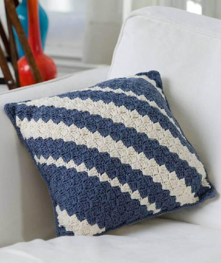 almofada-em-crochê-listrada-de-azul-e-branco