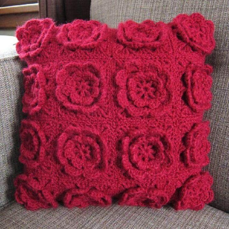 almofadas-de-crochê-com-flores-em-alto-relevo-768x768