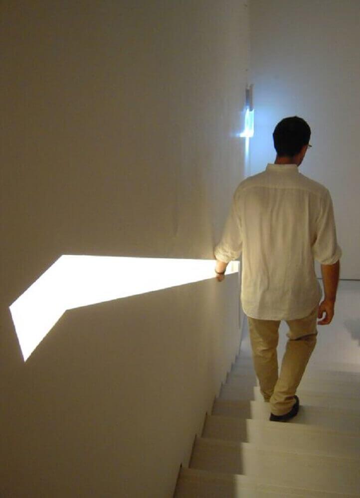 corrimão-para-escada-embutido-na-parede-com-iluminação