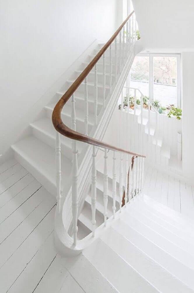 decoração-clean-com-corrimão-de-madeira-e-guarda-corpo-branco