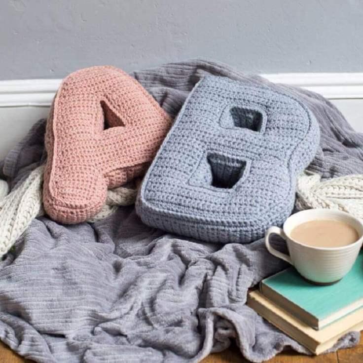 decoração-com-almofadas-em-crochê-com-formato-de-letras