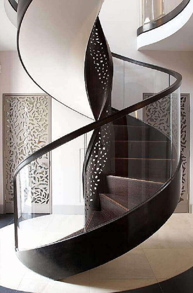 escada-caracol-de-ferro-com-guardacorpo-de-vidro