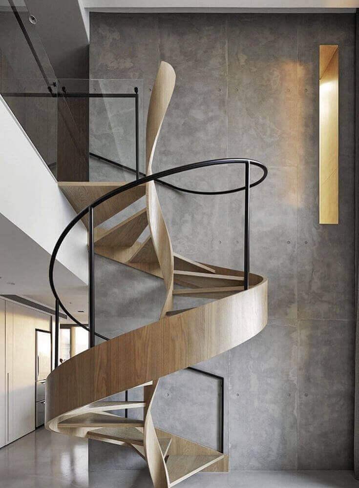 escada-caracol-de-maderaira-com-corrimão-de-ferro