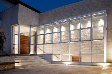 fachadas-de-casas-parede-de-vidro-em-area-externa-com-visao-para-int-crisasantosarquitetos-23943-proportional-height_cover_medium