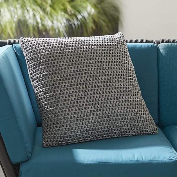 modelo-simples-de-capa-de-almofada-de-crochê-cinza