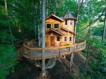 Casa-na-árvore-com-sacada-ampla